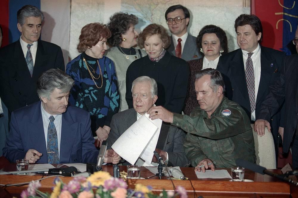 Экс-президент США Джимми Картер (в центре), Караджич (слева) и Младич во время подписания декларации по режиму прекращения огня в Пале, Босния, 19 декабря 1994 года