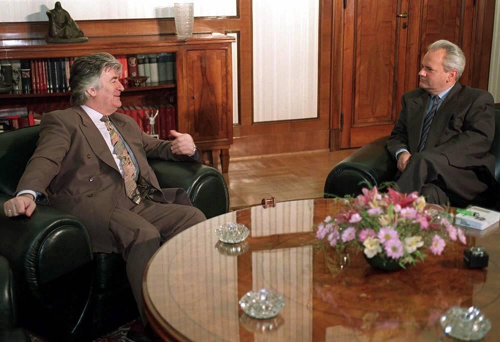 Караджич (слева) и бывший югославский президент Слободан Милошевич, Белград, 17 июня 1994 года