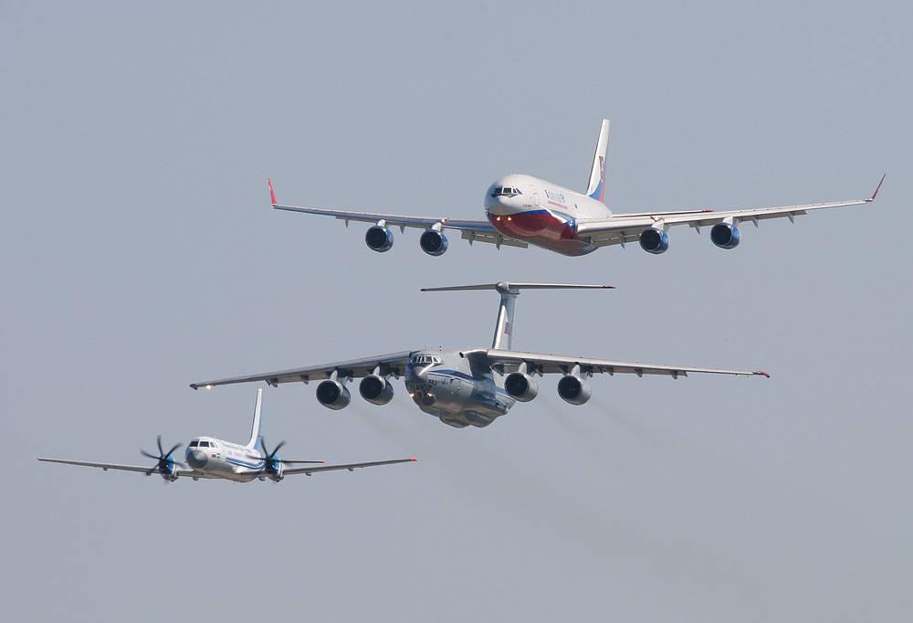 Самолеты Ил-114, Ил-76 и Ил-96 (слева направо) во время полетов на авиасалоне МАКС в Жуковском. 2007 год