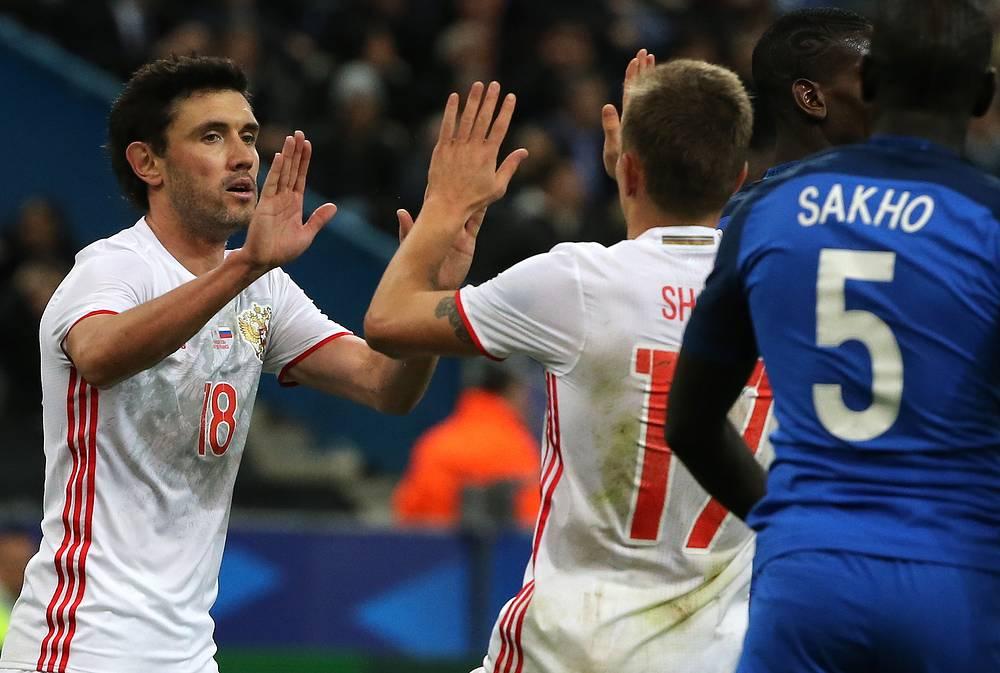 Олег Шатов (в центре) поздравляет Юрия Жиркова с голом в ворота сборной Франции
