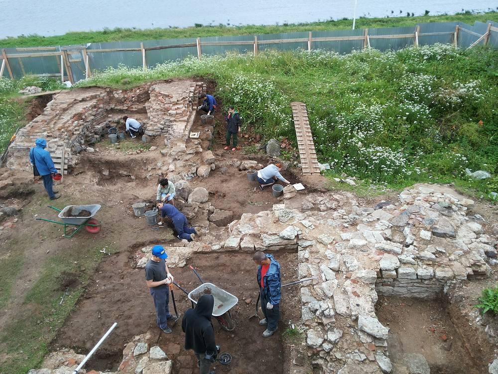 Работа археологической экспедиции на Рюриковом городище под Великим Новгородом