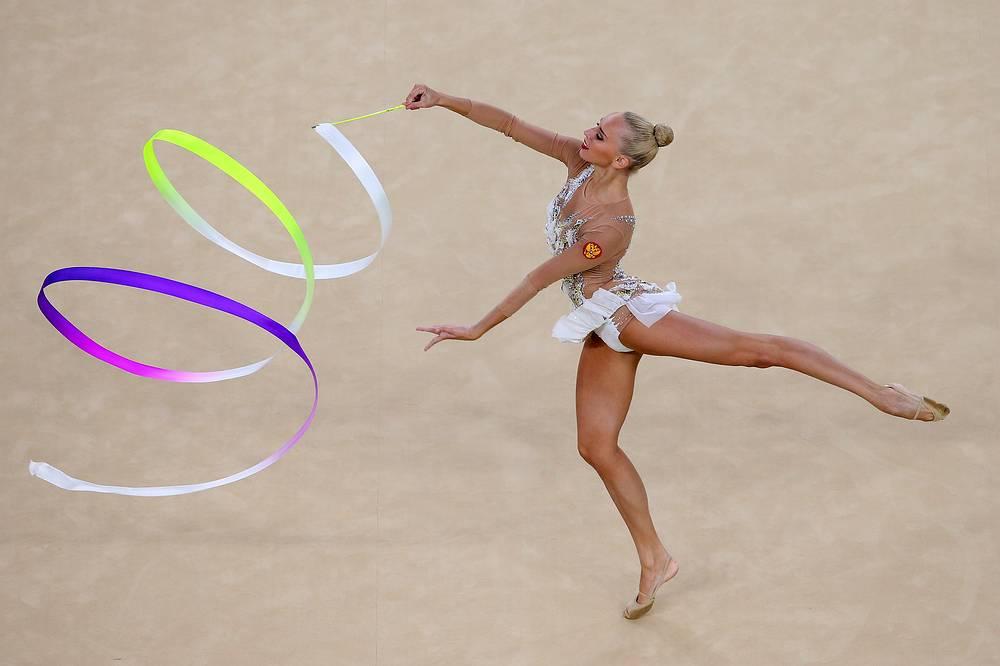 Российская гимнастка Яна Кудрявцева во время упражнения с лентой на финальных соревнованиях по художественной гимнастике в индивидуальном многоборье