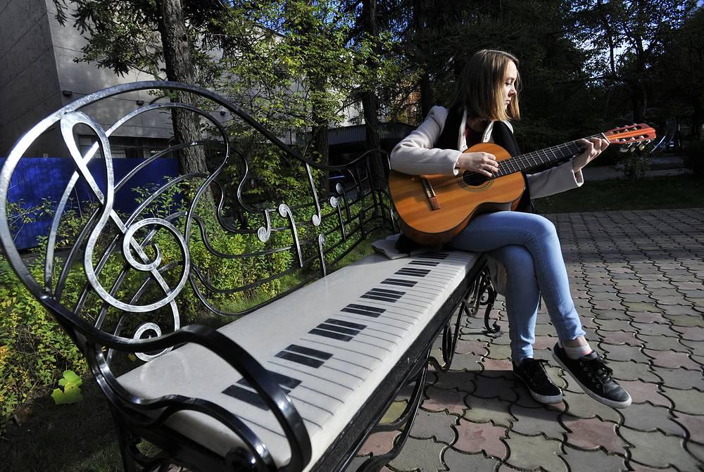 Музыкальная скамейка в сквере на улице Воровского
