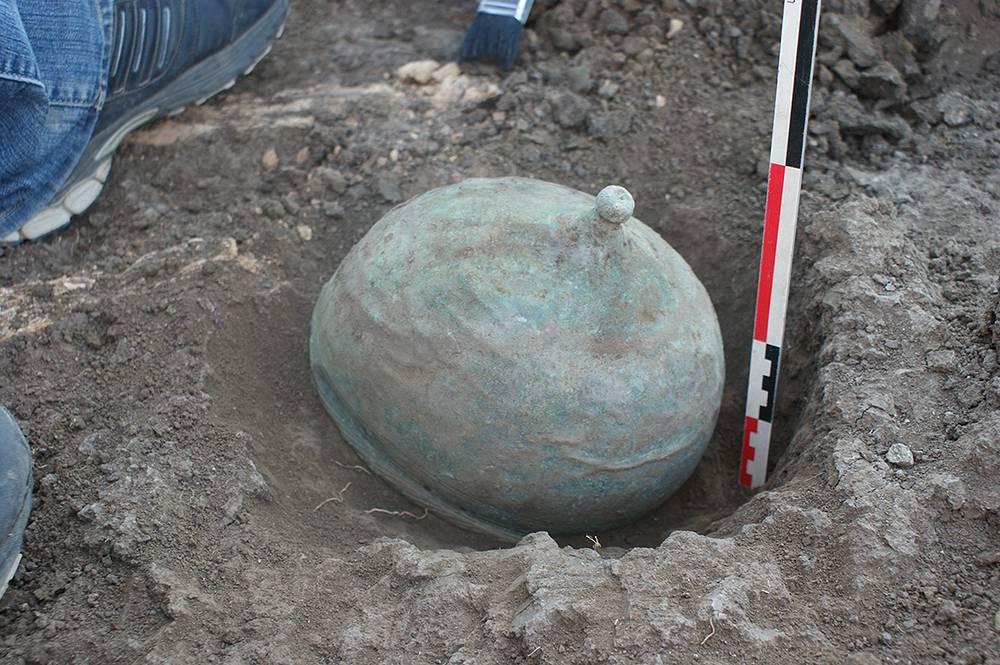 Бронзовый римский шлем, найденный в одном из сарматских погребений