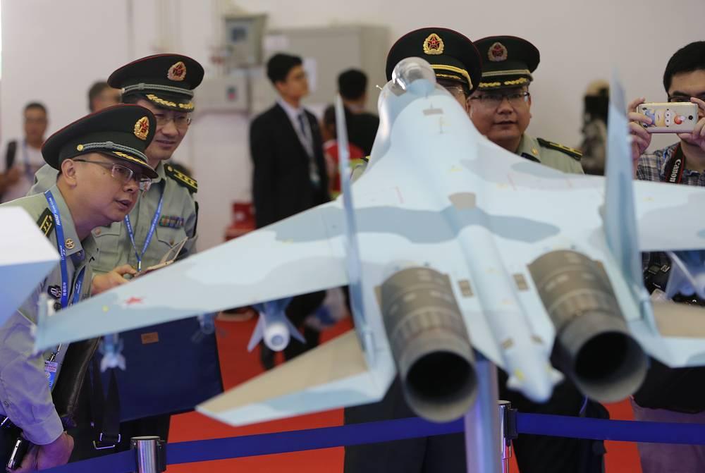 Китайские военные у макета российского истребителя Су-35