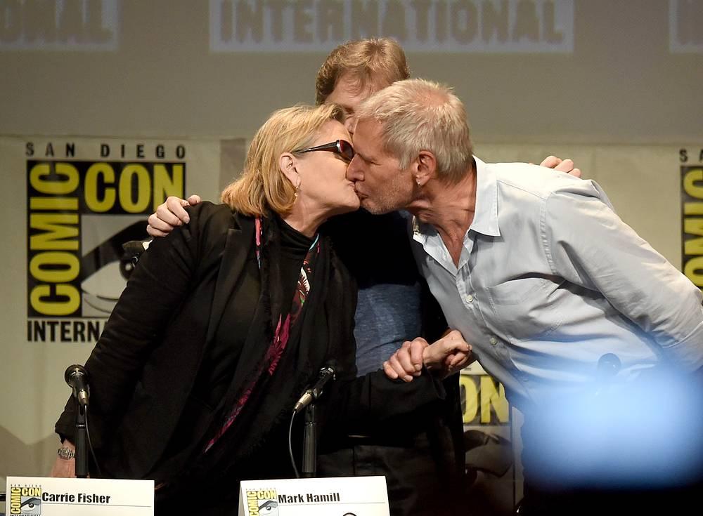 """Поцелуй Кэрри Фишер и Харрисона Форда, исполнителей ролей принцессы Леи и Хана Соло, на фестивале Comic-Con в Сан Диего 10 июля 2015 года. 15 ноября 2016 года актриса призналась, что у нее был роман с Фордом во время съемок фильма """"Звездные войны: Эпизод 4 – Новая надежда"""""""