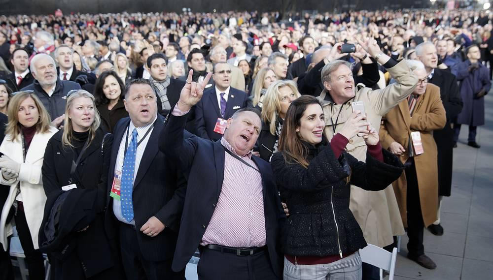 """Гости концерта """"Сделаем Америку снова великой"""" поют, танцуют и фотографируют избранного президента США Дональда Трампа"""