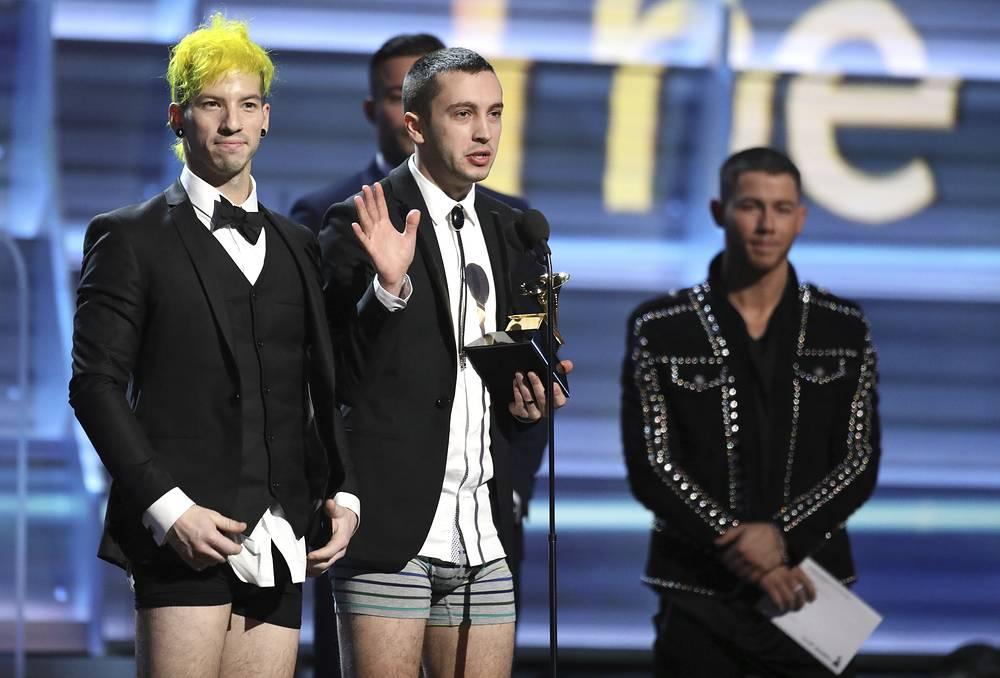 Джош Дан и Тайлер Джозеф из группы Twenty One Pilots вышли получать свою награду без штанов
