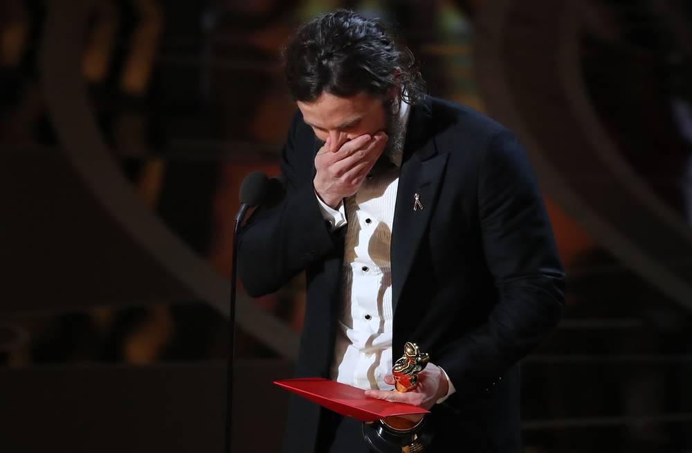 """Кейси Аффлек получает награду как лучший актер за роль в фильме """"Манчестер у моря"""""""
