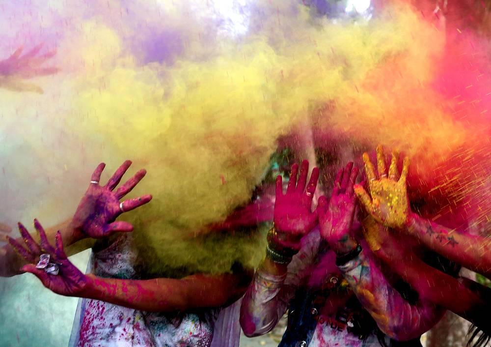 Индийские школьницы забрасывают друг друга краской на празднике Холи в Бхопале