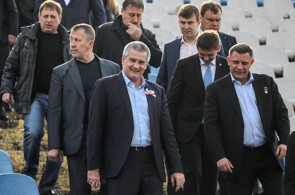 Глава Республики Крым Сергей Аксенов и глава Донецкой народной республики (ДНР) Александр Захарченко (слева направо на первом плане)