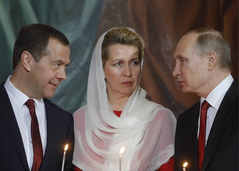 Премьер-министр РФ Дмитрий Медведев с супругой Светланой и президент РФ Владимир Путин
