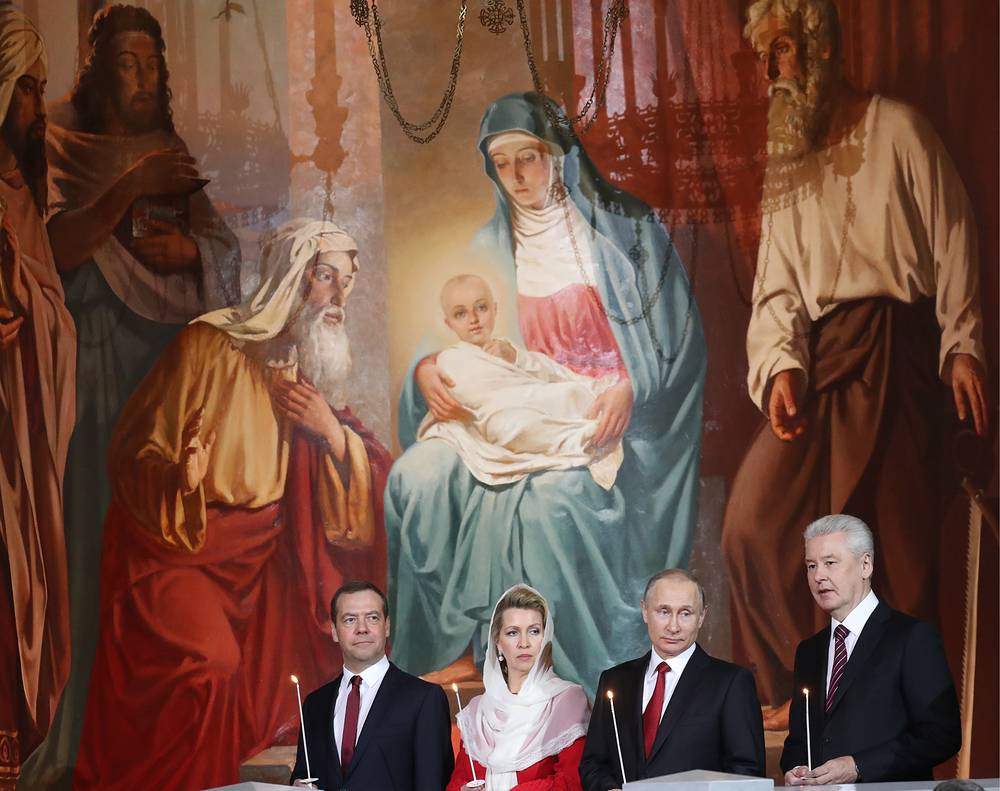 Премьер-министр РФ Дмитрий Медведев с супругой Светланой, президент РФ Владимир Путин и мэр Москвы Сергей Собянин