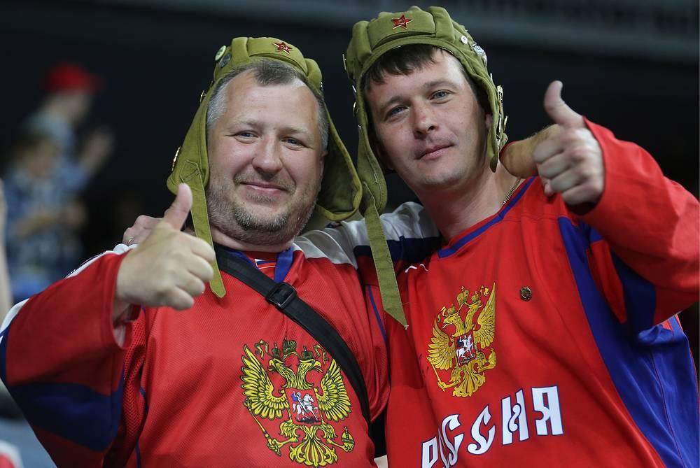 Болельщики сборной России на матче чемпионата мира по хоккею между сборными командами России и Латвии