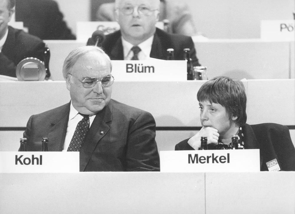 С федеральным министром по делам женщин и молодежи, и будущим канцлером Германии Ангелой Меркель на съезде ХДС. Дрезден, 15 декабря 1991 года