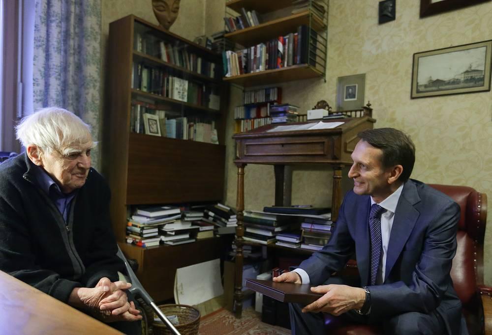 Писатель Даниил Гранин и спикер Госдумы РФ Сергей Нарышкин во время встречи в доме у писателя, 2016 год