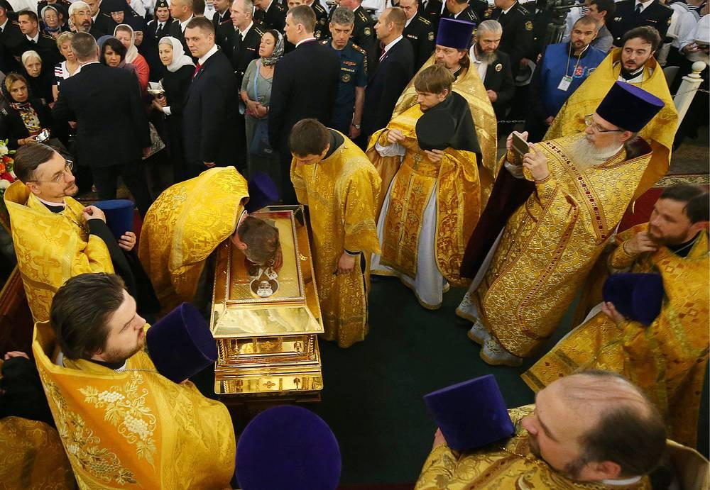У ковчега с частицей мощей святителя Николая Чудотворца