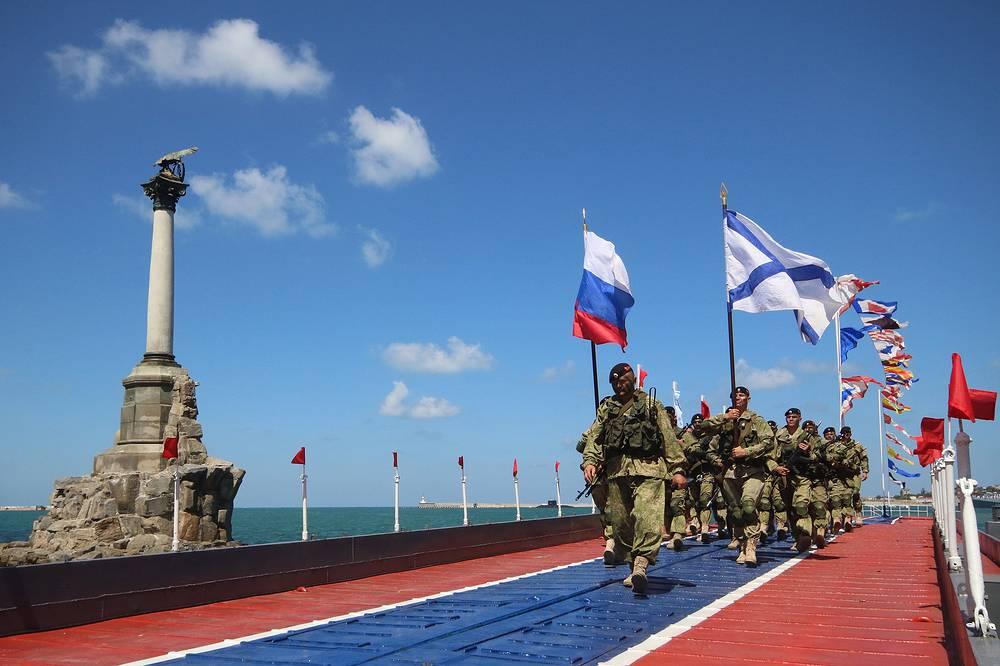 Военнослужащие во время парада в честь Дня ВМФ, Севастополь