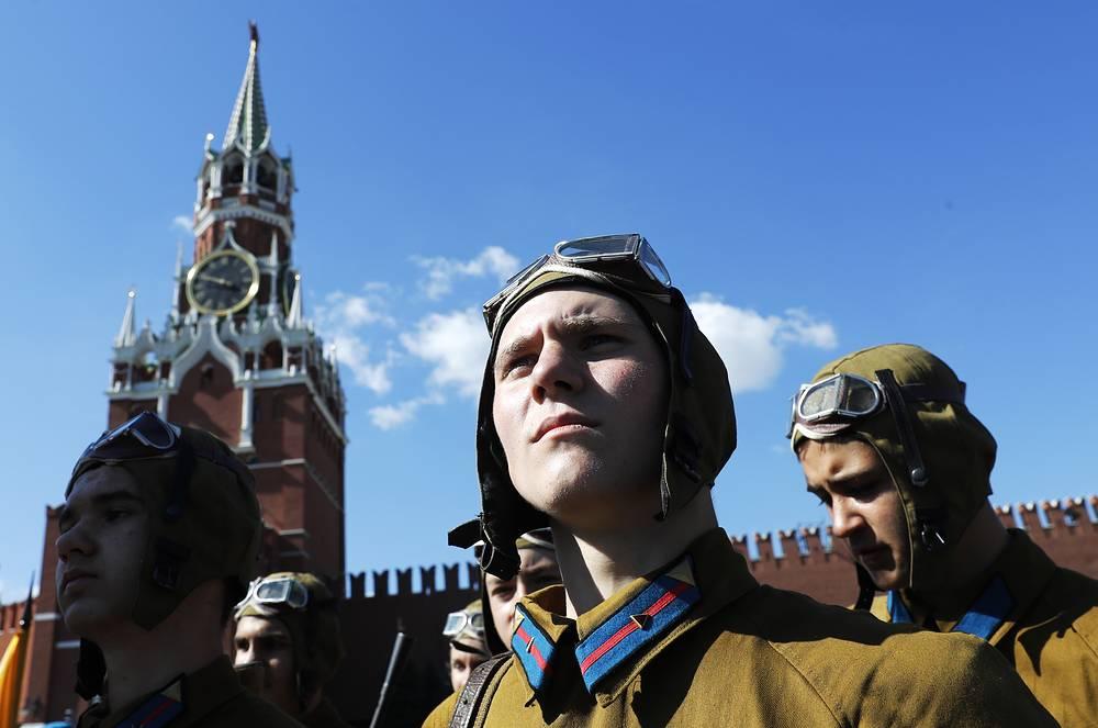 Военнослужащие в форме 30-х годов на Красной площади во время праздничных мероприятий в рамках Дня ВДВ