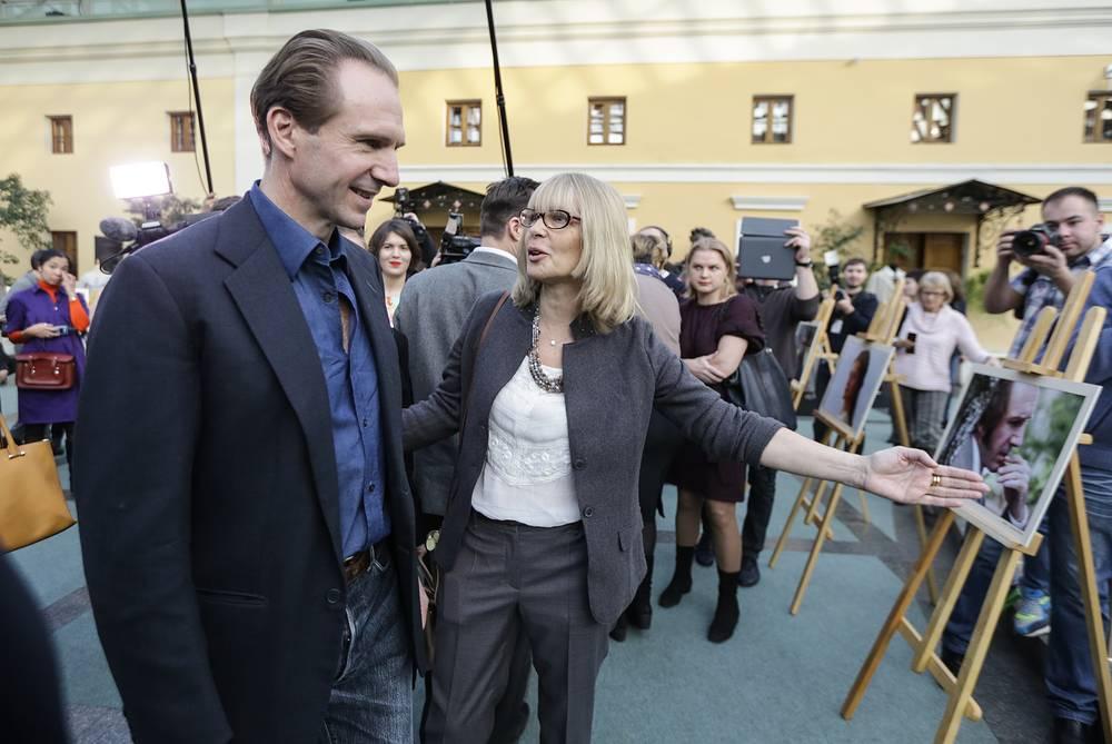 """С актером Рейфом Файнсом  на выставке, приуроченной к выходу в прокат фильма """"Две женщины"""", 2014 год"""
