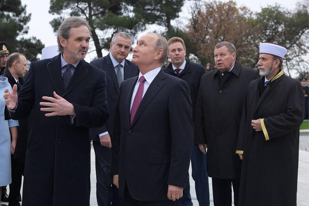 Скульптор, глава Союза художников России Андрей Ковальчук и президент России Владимир Путин (слева направо на первом плане)
