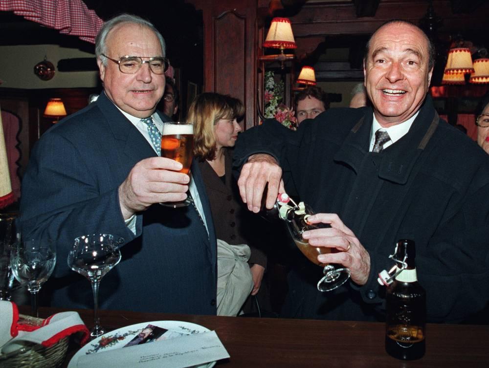 Канцлер Германии Гельмут Коль и президент Франции Жак Ширак во время встречи в ресторане Страсбурга, 1995 год