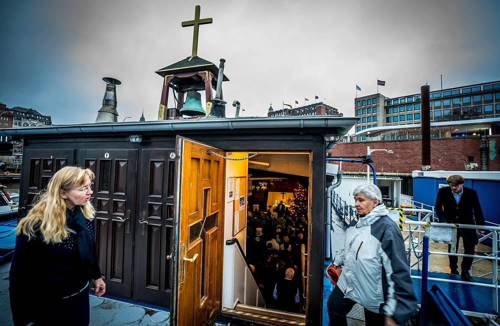 "Вид на плавучую церковь ""Флюссхифферкирхе"" в районе Баумваль в Гамбурге, Германия"