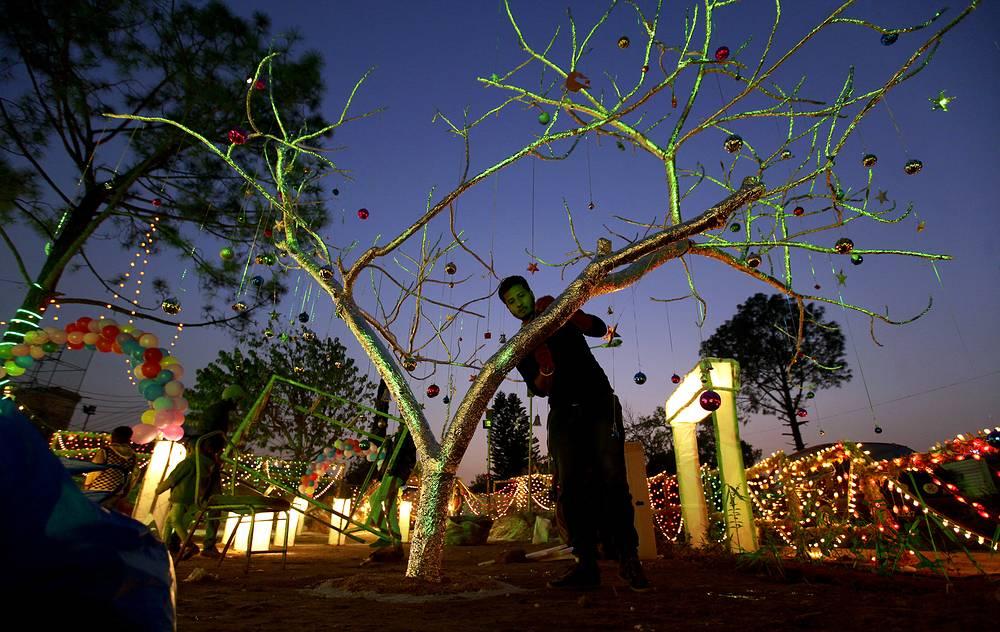 Украшение праздничной елки в христианском районе Исламабада, Пакистан