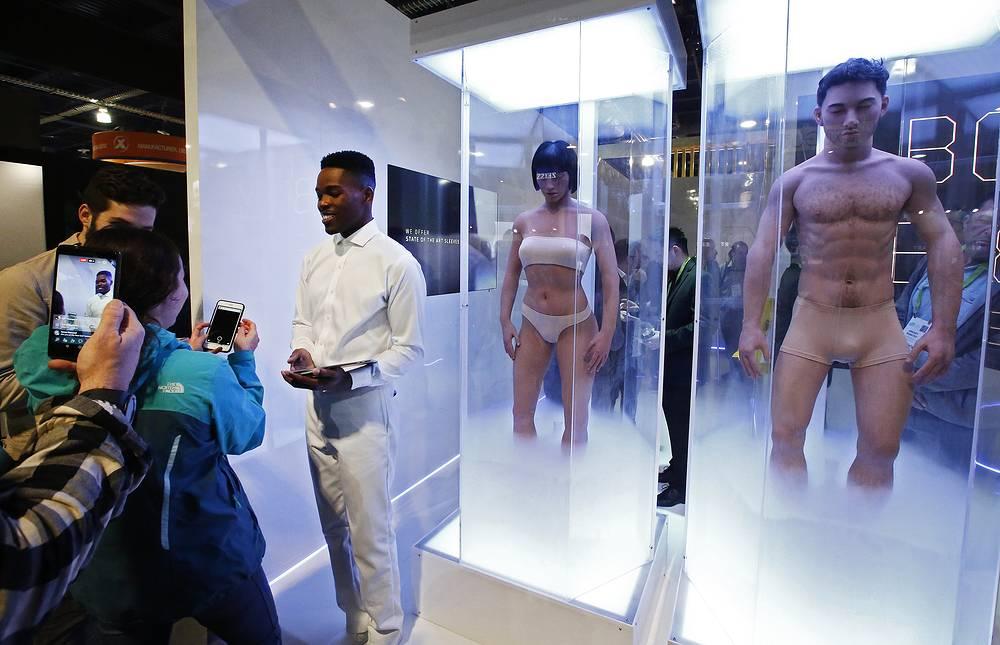"""Искусственные тела, выставленные для продвижения сериала Netflix """"Видоизмененный углерод"""""""