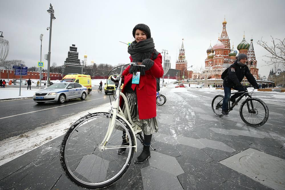"""Участники третьего зимнего велопарада, маршрут которого прошел от 3-й Фрунзенской улицы до парка """"Зарядье"""" и обратно"""