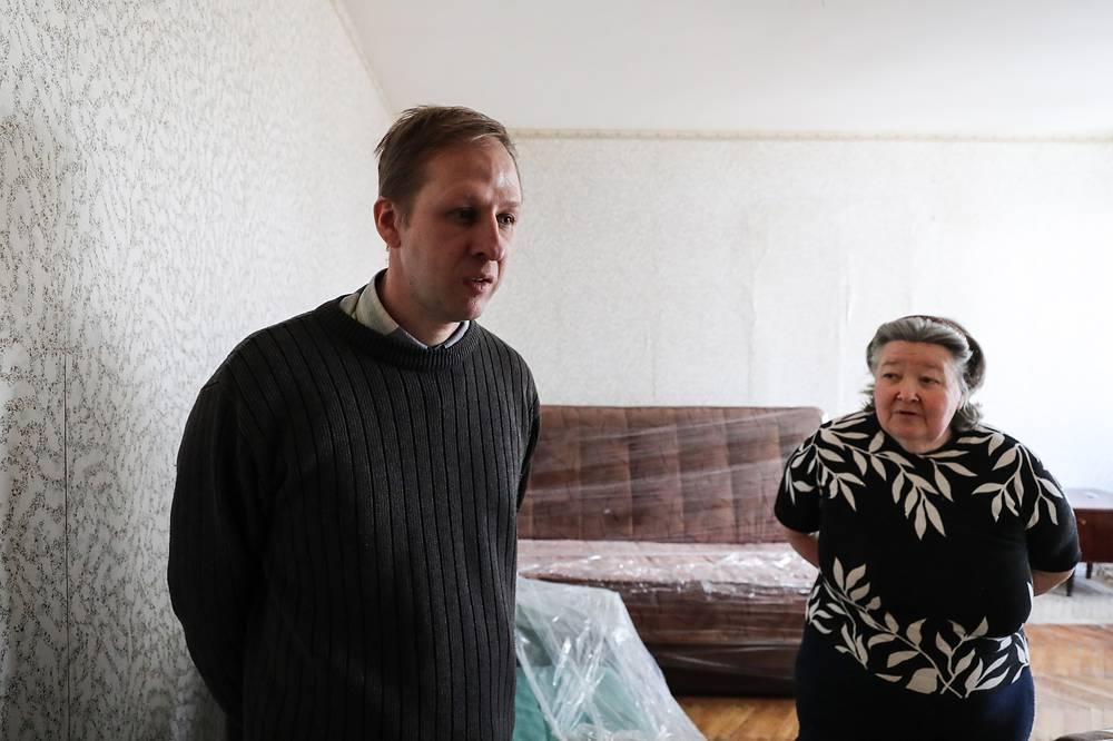 Грузчики помогают с переездом семье Ботяковых, которые переселяются из пятиэтажного дома на улице Константина Федина в новый многоквартирный дом на улице 5-й Парковой