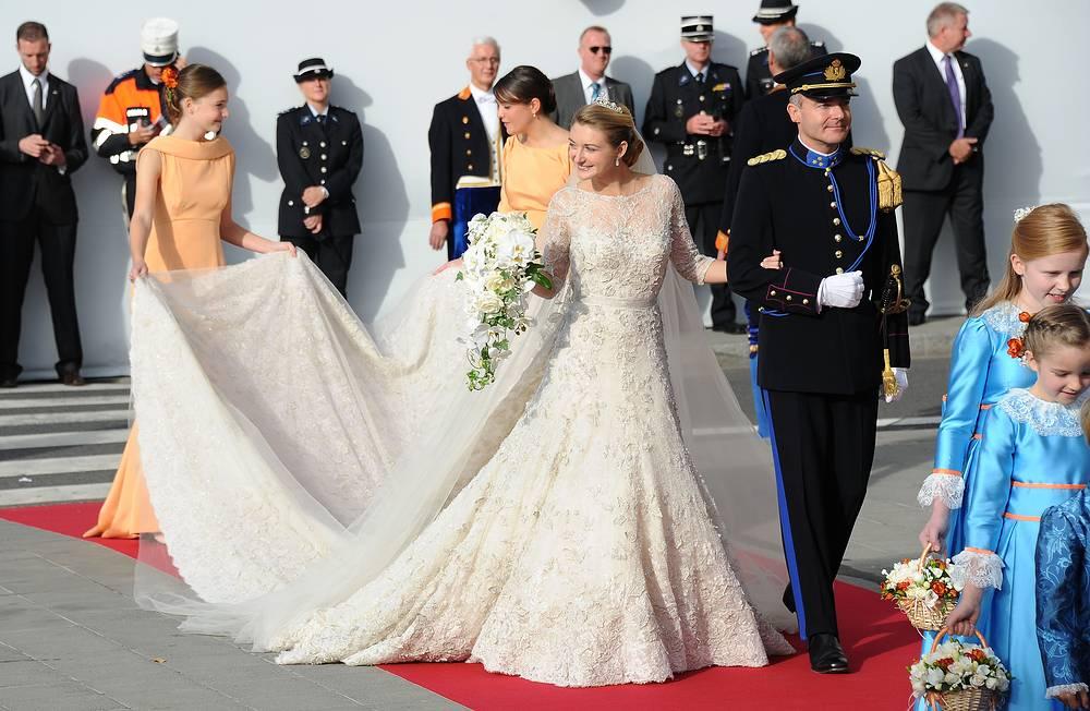 Графиня Стефания де Ланнуа прибывает на свадьбу с наследным великим герцогом Люксембурга Гийомом в сопровождении своего брата графа Жана де Ланнуа, собор Люксембургской Богоматери, 20 октября 2012 года