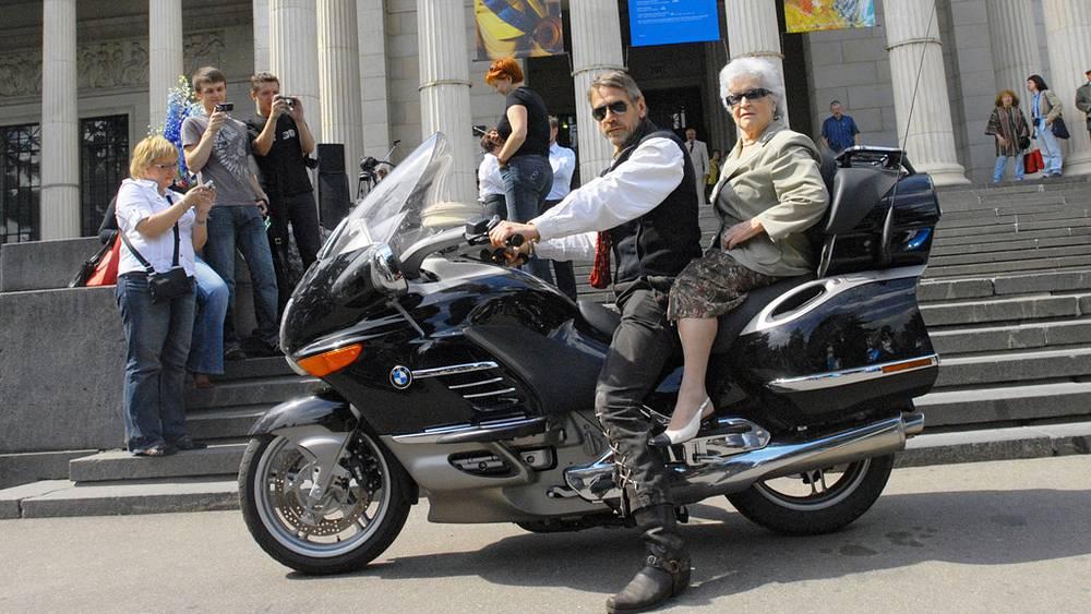 Ирина Антонова и английский актер Джереми Айронс у здания ГМИИ