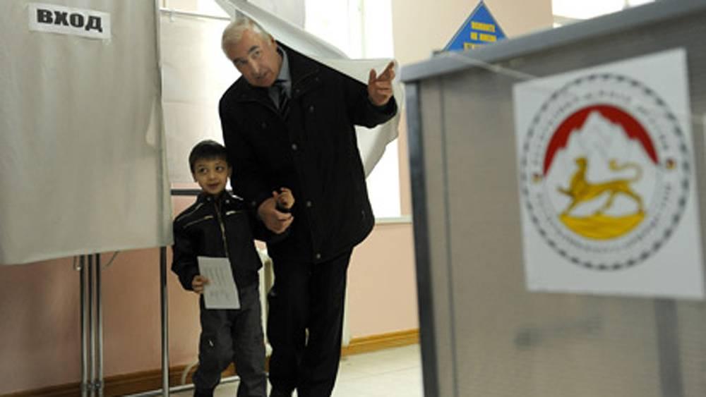 Кандидат в президенты Леонид Тибилов с внуком