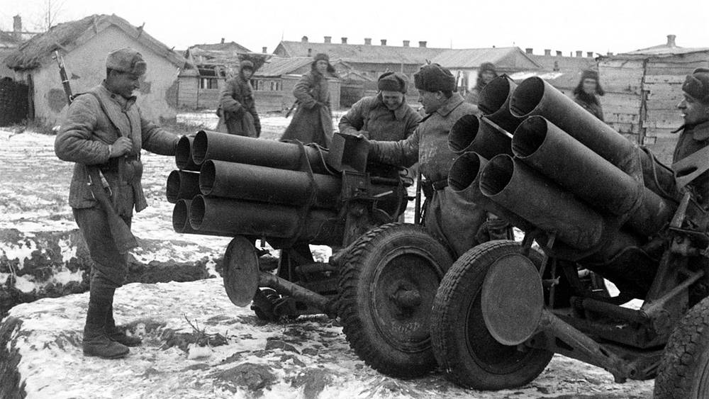 Гвардейцы-артиллеристы подразделения гвардии лейтенанта Ф.И.Костюка осматривают захваченные у противника шестиствольные минометы