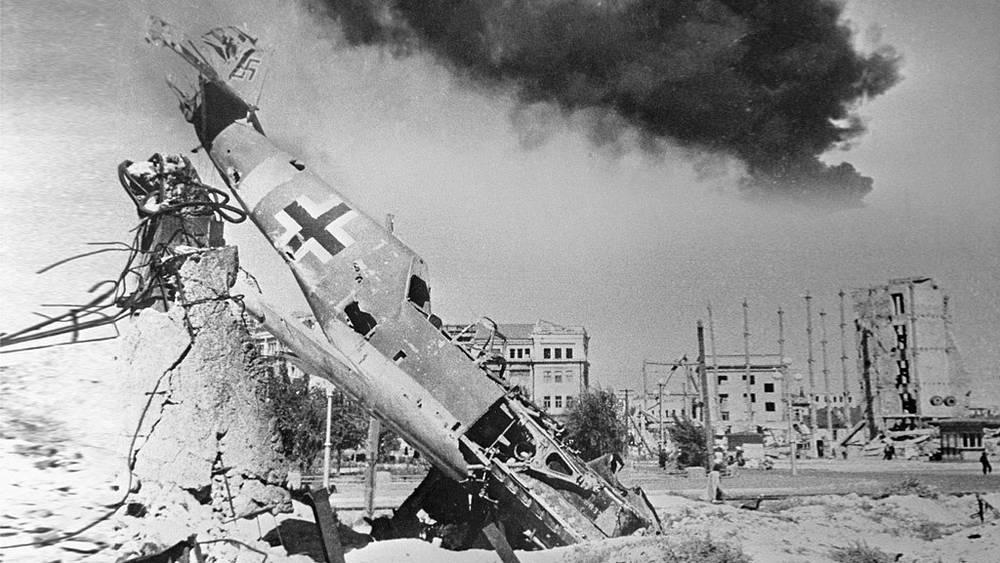 Сталинград. Сбитый немецкий истребитель Ме-109 в центре разрушенного города