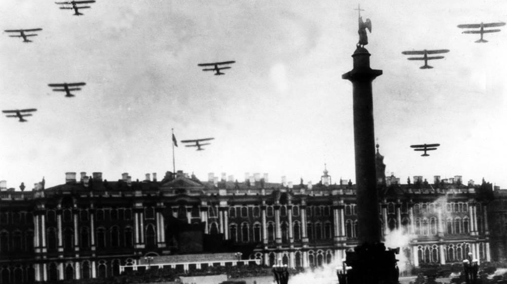 1 мая 1934 года. На снимке: на Дворцовой площади во время парада