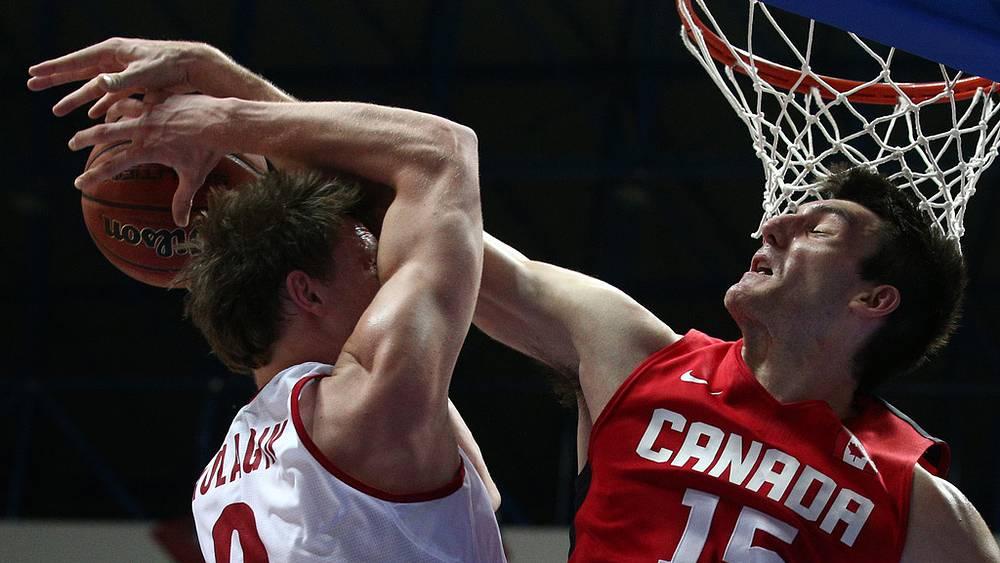 Игрок сборной России Дмитрий Кулагин и игрок сборной Канады Оуэн Классен /слева направо/