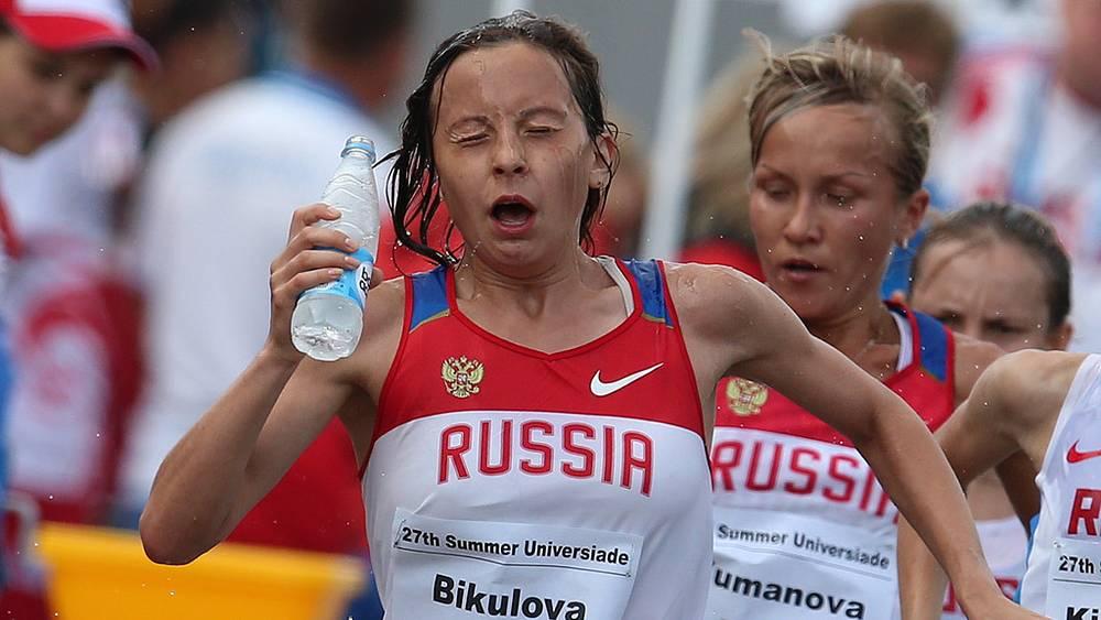 Российские спортсменки Лина Бикулова и Ирина Юманова /слева направо/ в финальных соревнованиях по спортивной ходьбе на дистанции 20 км среди женщин