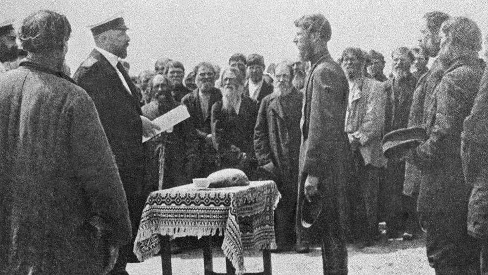 Саратовский губернатор Петр Столыпин принимает рапорт у волостного старшины села Пристанного, 1904 год