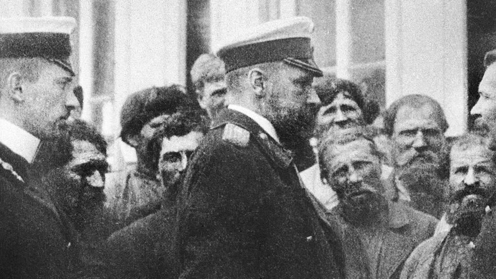 Министр внутренних дел Столыпин (в центре) в селе Булгаковке Вольского уезда Саратовской губернии, 1906 год