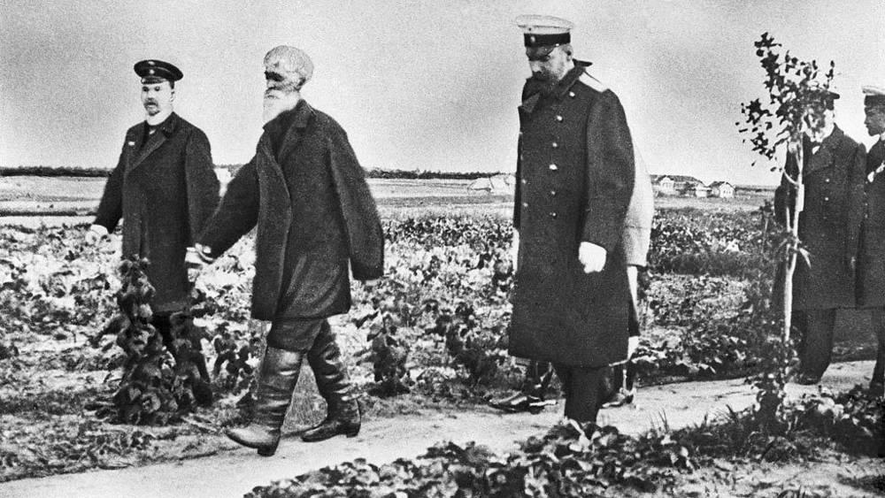 Петр Аркадьевич Столыпин (третий слева) во время знакомства с хуторским хозяйством недалеко от Москвы, 1910 год