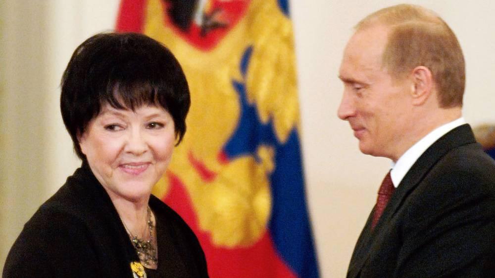 Владимир Путин вручает Государственную премию РФ Белле Ахмадулиной. 2005 год