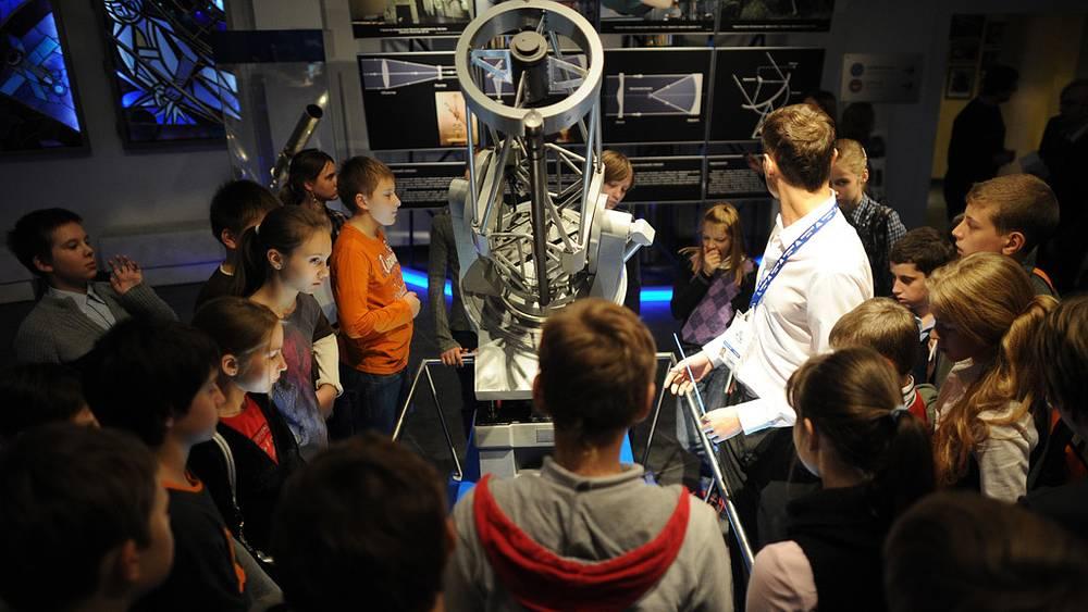 Ученики астрономического кружка у экспоната в зале Московского планетария