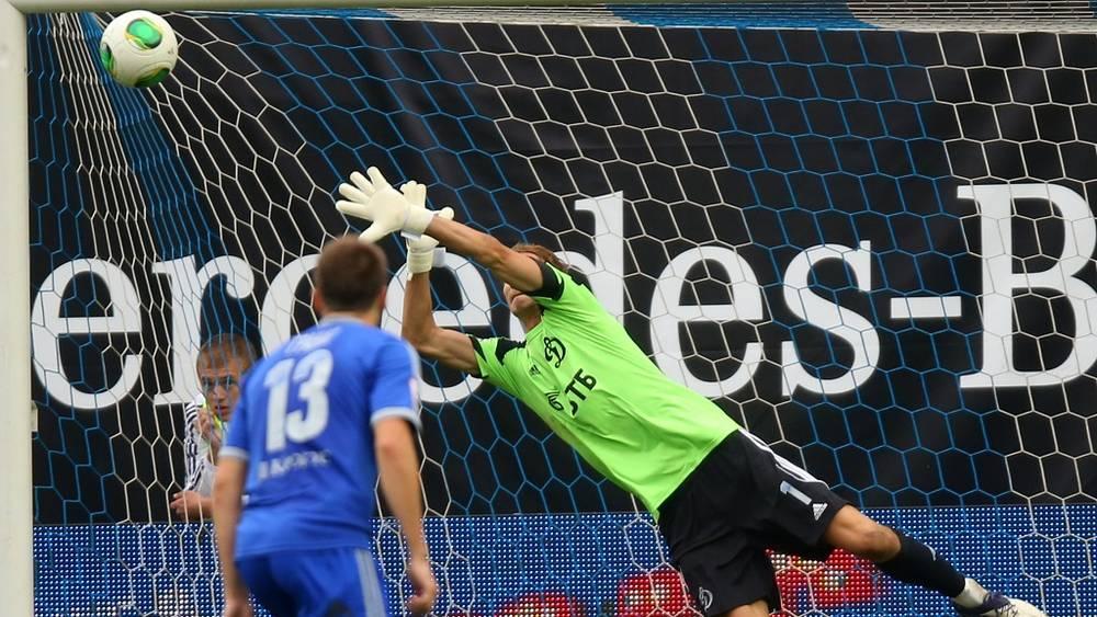 Мяч влетает в ворота Антона Шунина