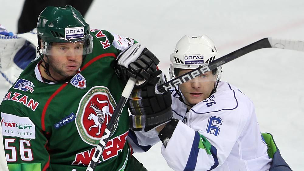 """Йозеф Страка (""""Ак Барс"""") и динамовец Сергей Соин (справа)"""