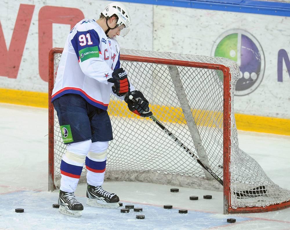 Армеец Владимир Тарасенко перед началом матча