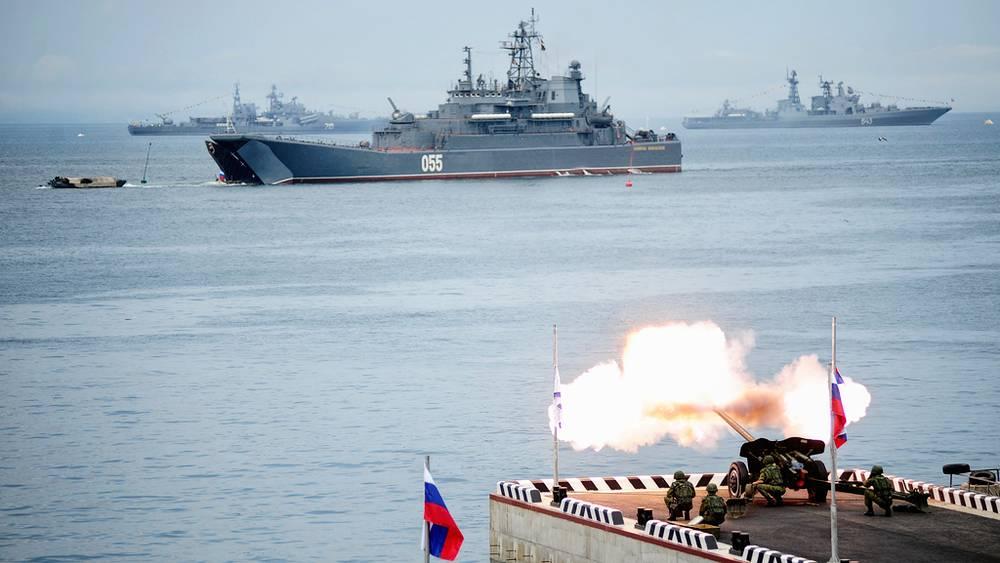 """БДК """"Адмирал Невельской"""" во время парада кораблей"""