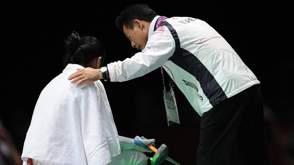 Спортсменка из Южной Кореи Син А Лам отказывается покидать дорожку после поединка с немкой Бриттой Хайдеманн в знак протеста против решения судей
