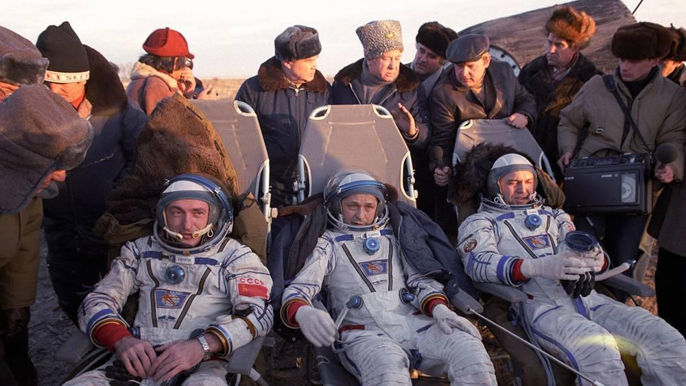 Владимир Васютин, Виктор Савиных и Александр Волков после приземления, 1985 год